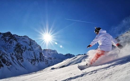 Snwoboarding-Down-the-Mountain-600x375-min