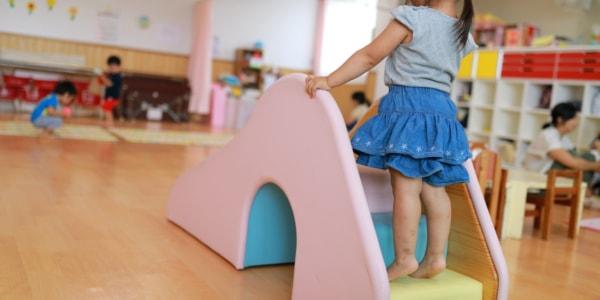 保育園で遊ぶ子どもたち
