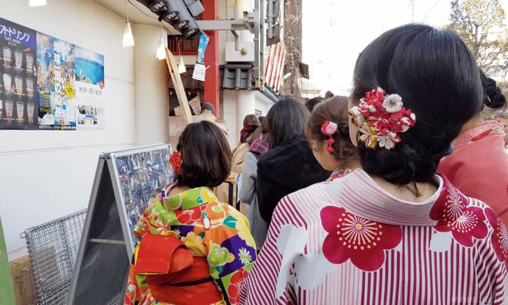 花月堂に並ぶ着物姿の女性