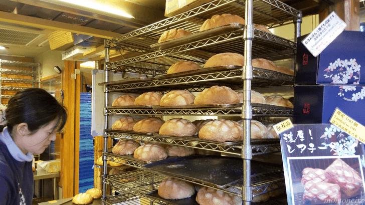 花月堂 店内に並ぶメロンパン