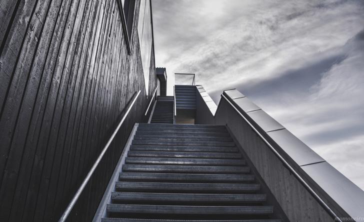 momone_stairs-918735_1920