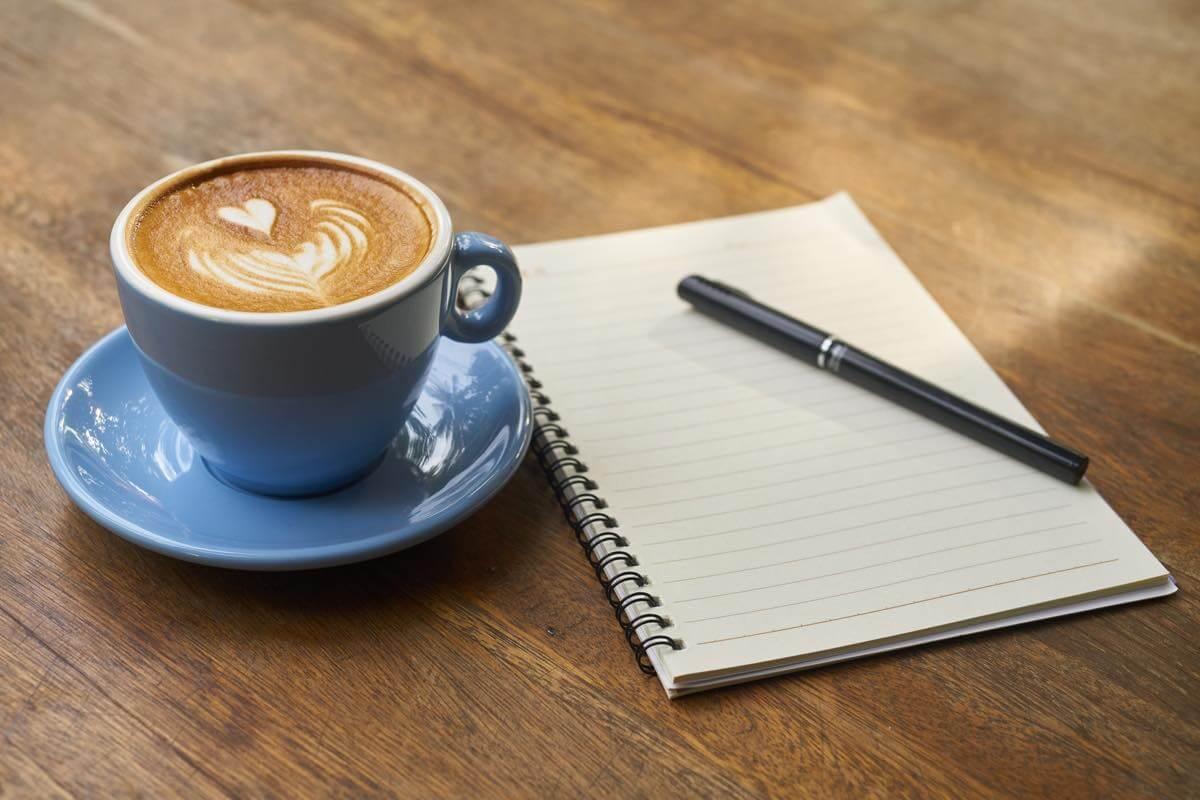 ノートとコーヒーカップ