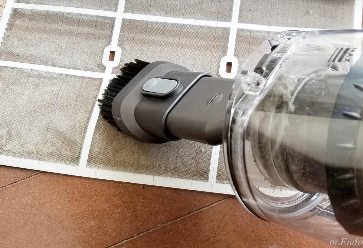 エアコンフィルターを掃除機で掃除