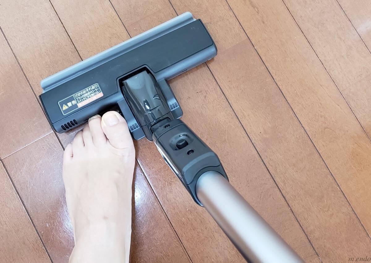 掃除機と足