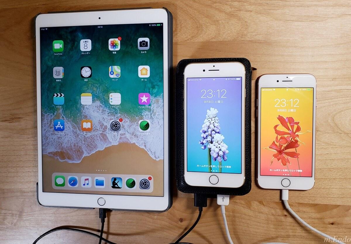 iPadとiPhone2台を充電している様子