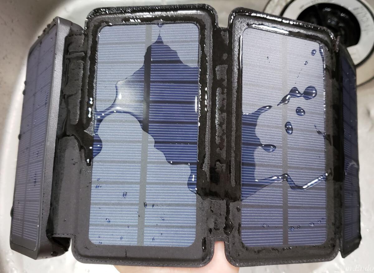 モバイルバッテリー ソーラーチャージャーの水道濡らし
