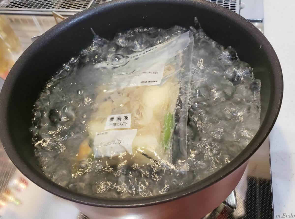 パックをお湯で解凍しているところ