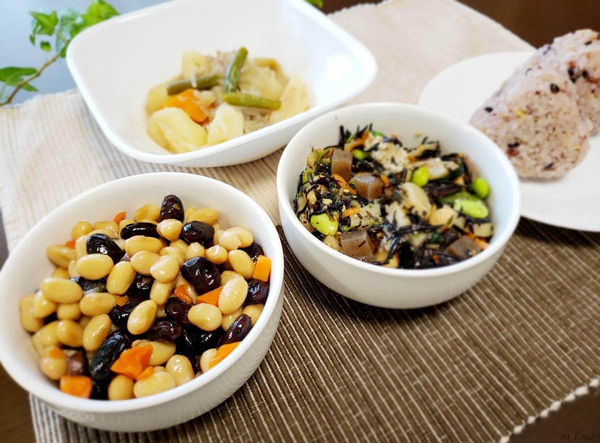 冷凍食品を並べている食卓