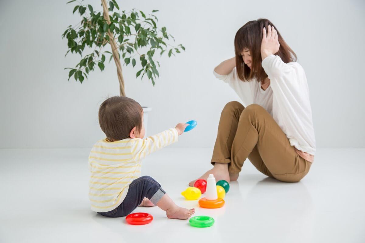 子どもと遊ぶ赤ちゃん