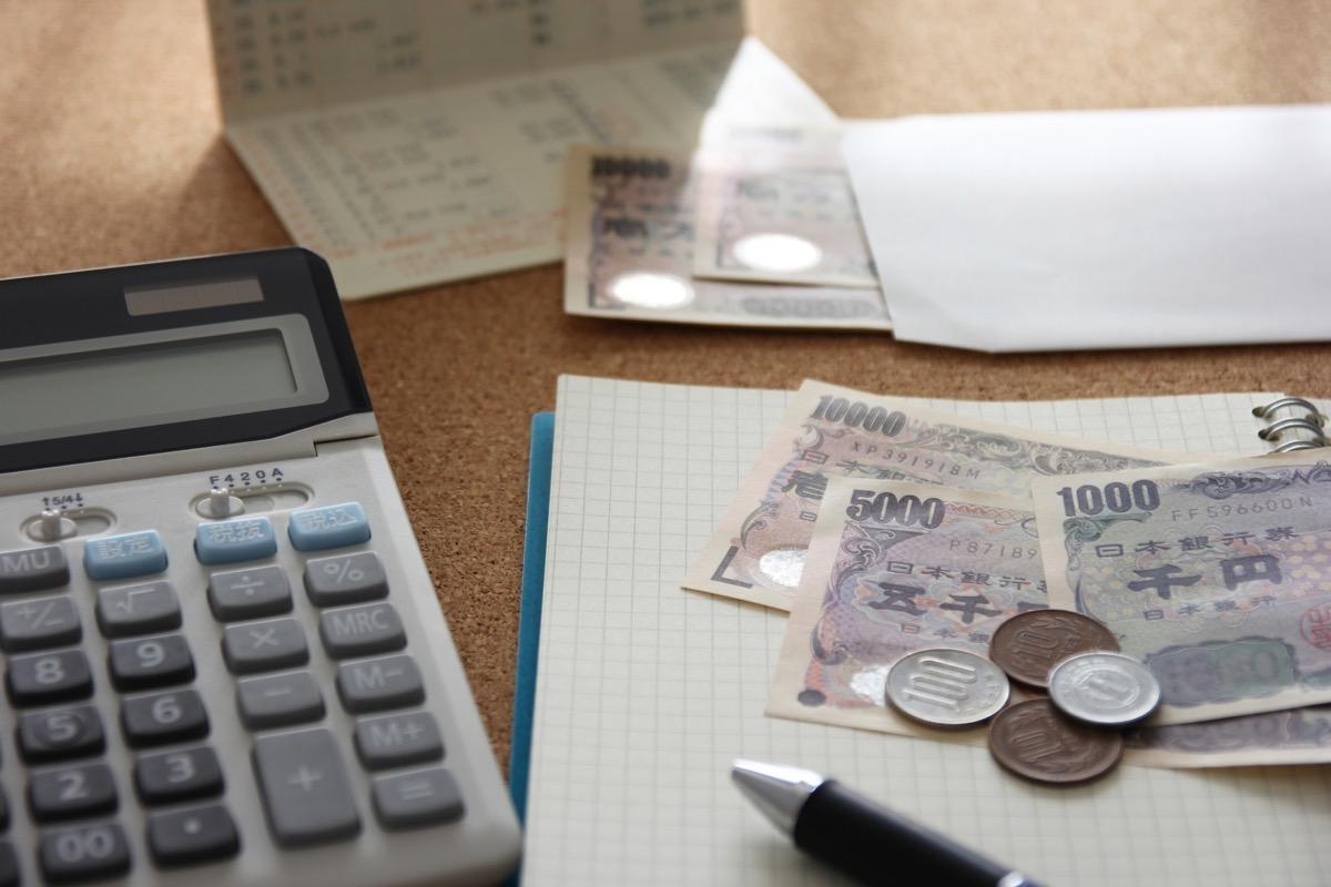 電卓とお金とノート