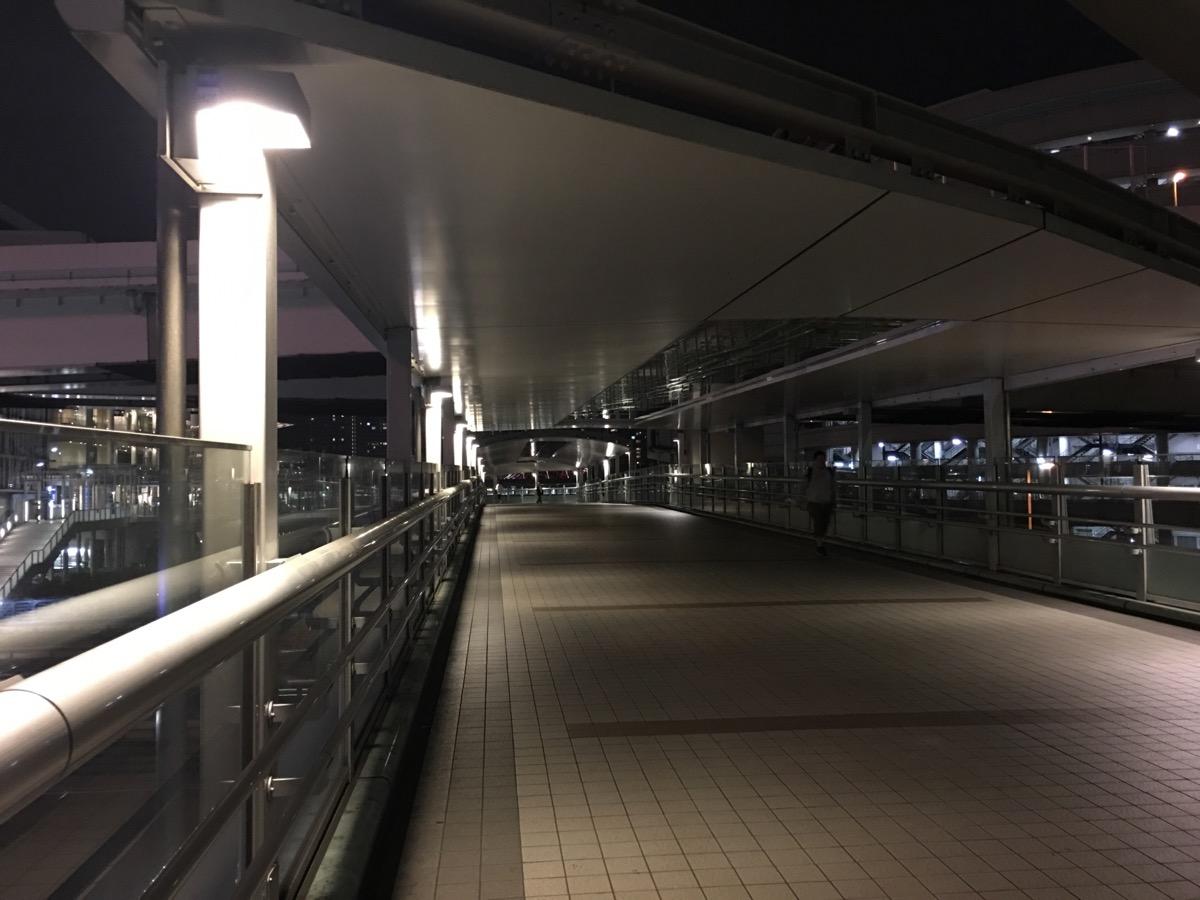 駅の暗い通り