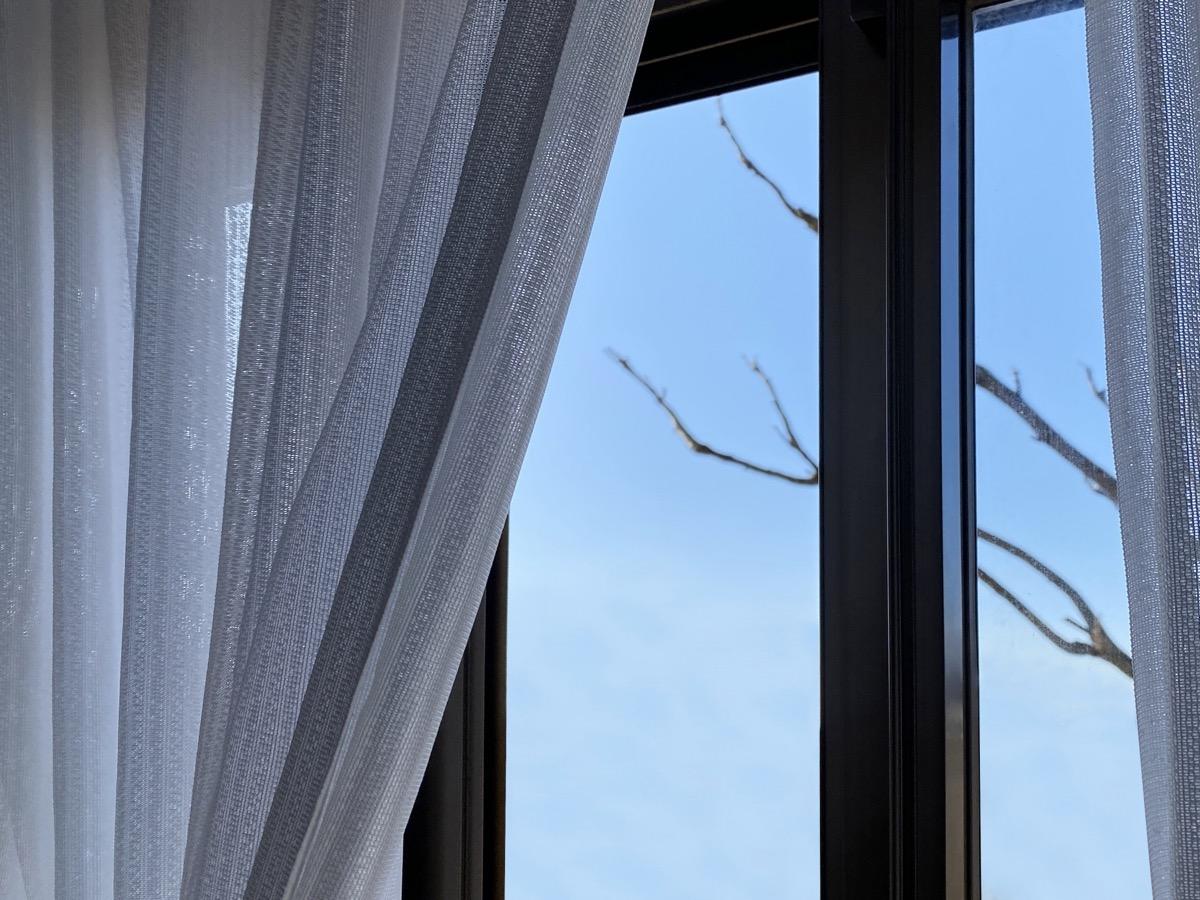 窓を換気する