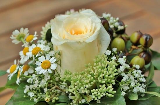 floral-arrangement-453709_1280-min